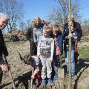 de eerste boom planten met de burgemeester
