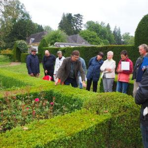 Vrijwilligers in Historisch Groen op buitenplaats Voorstonden
